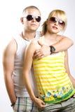 Beiläufige Paare mit Sonnenbrillen lizenzfreies stockbild