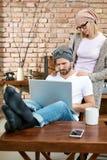 Beiläufige Paare zu Hause lizenzfreie stockfotos