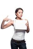 Beiläufige weibliche Holding und Zeigen auf Zeichen lizenzfreies stockfoto