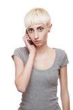 Beiläufiger blonder Mädchenholding-Handy Lizenzfreie Stockbilder