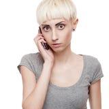 Beiläufiger blonder Mädchenholding-Handy Lizenzfreie Stockfotos