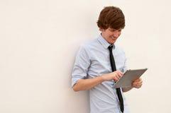 Beiläufiger Geschäftsmann auf intelligenter Tablette lizenzfreie stockfotografie