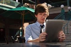 Beiläufiger Geschäftsmann auf intelligenter Tablette stockbilder