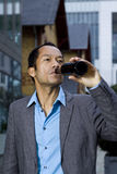 Beiläufiger Geschäftsmann, der nach Arbeit trinkt Stockbild