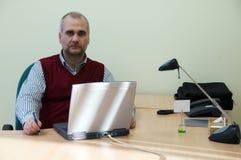 Beiläufiger Geschäftsmann mit Laptop Stockbilder