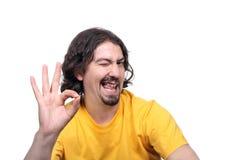 Beiläufiger glücklicher Mann, der ein Auge blinkt Stockfotos