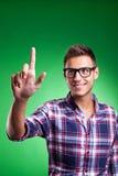 beiläufiger junger Mann, der eine Taste bedrängt Lizenzfreie Stockfotografie