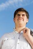 Beiläufiger junger Mann mit einer Jacke über seiner Schulter Stockbilder
