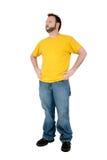 Beiläufiger Mann in den sackartigen Hosen und im gelben Hemd über Weiß Stockfoto