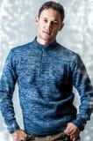 Beiläufiger Mann, der blaue Strickjacke trägt Lizenzfreies Stockfoto