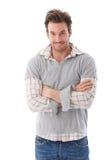 Beiläufiger Mann, der fragend lächelnd schaut Stockbild