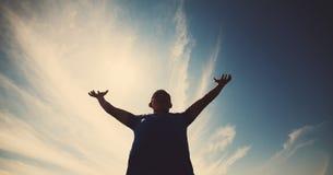 Beiläufiger Mann, der mit seinen Armen oben sehr glücklich schaut Lizenzfreies Stockbild