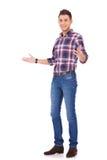 Beiläufiger Mann, der Willkommen gestikuliert Lizenzfreies Stockfoto