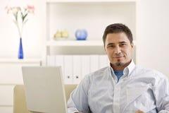 Beiläufiger Mann, der zu Hause arbeitet Lizenzfreie Stockfotografie
