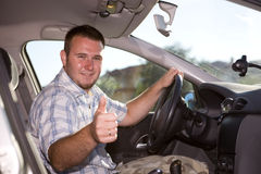 Beiläufiger Mann im Auto Stockfotografie