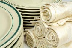 Beiläufiges Essgeschirr und Servietten Stockbild