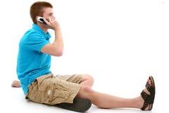 Beiläufiges jugendlich Sprechen über Mobiltelefon lizenzfreie stockbilder