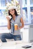 Beiläufiges Mädchen, das beim Bürolächeln zu Mittag isst Lizenzfreie Stockfotos