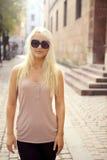 Beiläufiges Stadt-Mädchen in den Sonnenbrillen Lizenzfreie Stockbilder