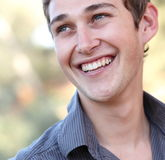Beiläufiges stattliches Lächeln des jungen Mannes Stockbilder
