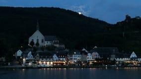 Beilstein都市风景在微明下与月光 汽车通过  流动在前面的摩泽尔河 股票视频