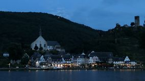 Beilstein都市风景在微明下与月光 汽车通过  流动在前面的摩泽尔河 影视素材