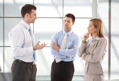 Beiläufige Büroangestellte, die in der Halle sprechen Stockbild