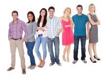Beiläufige Gruppe von Personen, die über Weiß steht Stockfotografie