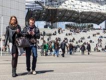 Beiläufige junge Paare in der La-Verteidigung Stockfotos