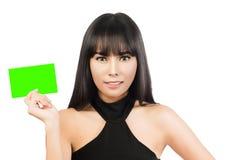 Beiläufige Visitenkartefrau Porträt einer jungen schönen Geschäftsfrau, die ein Zeichen des leeren Papiers hält Stockbilder