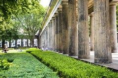 Beim Alte arbeiten das alte National Gallery-Museum auf Museumsinsel in Berlin Germany im Garten Lizenzfreies Stockbild