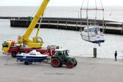Beim Anfang der Jahreszeit sind die Boote, die in das Wasser gehoben werden Stockbilder