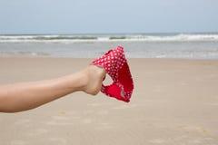 Bein auf dem Strand, der Bikini auf Sommer hält Stockbild