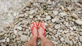 Bein des Mannstands auf dem Strand stock footage