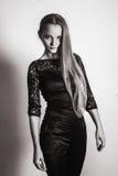 Bein-Mädchenstudio der jungen Mode blondes langes, das schwarzes weißes Trieb aufwirft Lizenzfreies Stockfoto