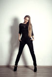 Bein-Mädchenstudio der jungen Mode blondes langes, das Trieb aufwirft Stockfotos