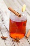 Beinahe roter Tee mit Zimtsteuerknüppeln Stockfoto