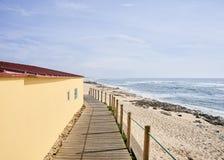 Beinarbeit zwischen gelbem Haus und dem Strand stockbilder