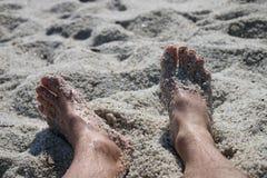 Beine auf dem Strand Lizenzfreie Stockfotos