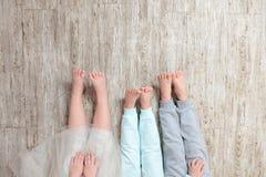 Beine auf einem Bretterboden lizenzfreie stockbilder