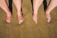 Beine auf einem sandigen Strand in Palma de Mallorca, Spanien Lizenzfreie Stockbilder
