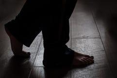 Beine auf einem warmen Bretterboden Stockfoto