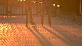 Beine auf Rollerblades in der Bewegung stock footage
