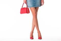 Beine in den Fersen und in der Handtasche Stockfotos