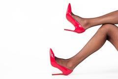 Beine in den Fersenschuhen Stockfotografie