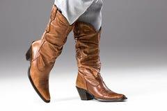 Beine in den Jeans und in den Cowboystiefeln Lizenzfreie Stockfotografie