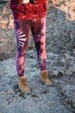 Beine in den sch?nen und einzigartigen herausgeschnittenen Strumpfhosen, Festivalmode, goldene Stunde, warmer Abend lizenzfreies stockfoto
