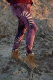 Beine in den sch?nen und einzigartigen herausgeschnittenen Strumpfhosen, Festivalmode, goldene Stunde, warmer Abend lizenzfreie stockfotos