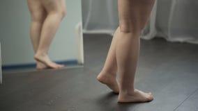 Beine der Übergewichtfrau mit flachen Füßen und Cellulite, Korpulenzprobleme stock video footage