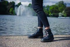Beine der Frau durch Teich im Park Stockbild